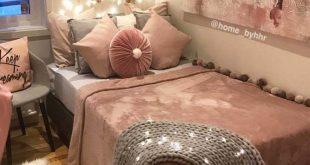 Gemütliches Jugendlich Schlafzimmer Mit Einem Plattformbett. Brauchen Sie ein paar Ideen für ...